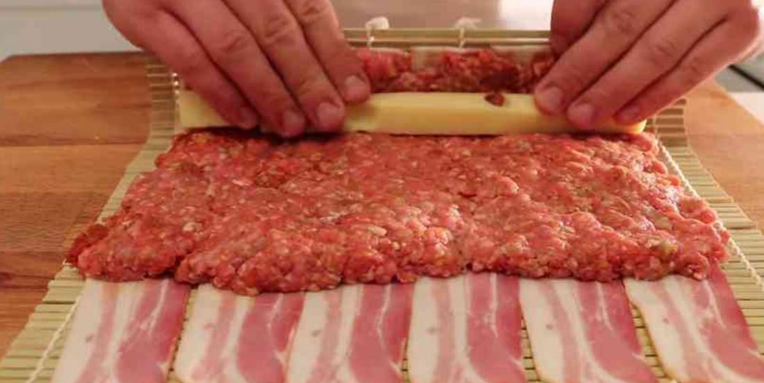 Il enrobe sa viande hachée de bacon, le résultat met l'eau à la bouche