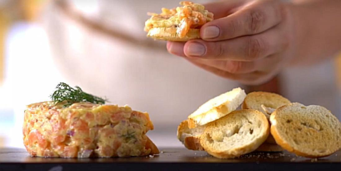 Tartare de saumon apprêté comme un chef
