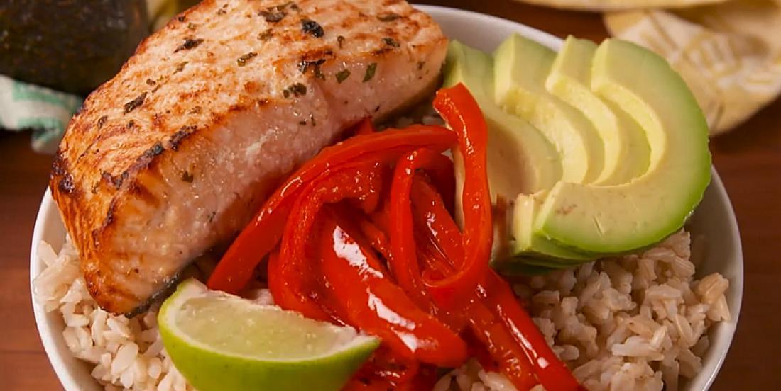 Bol de saumon, riz et légumes à la marinade lime-coriandre