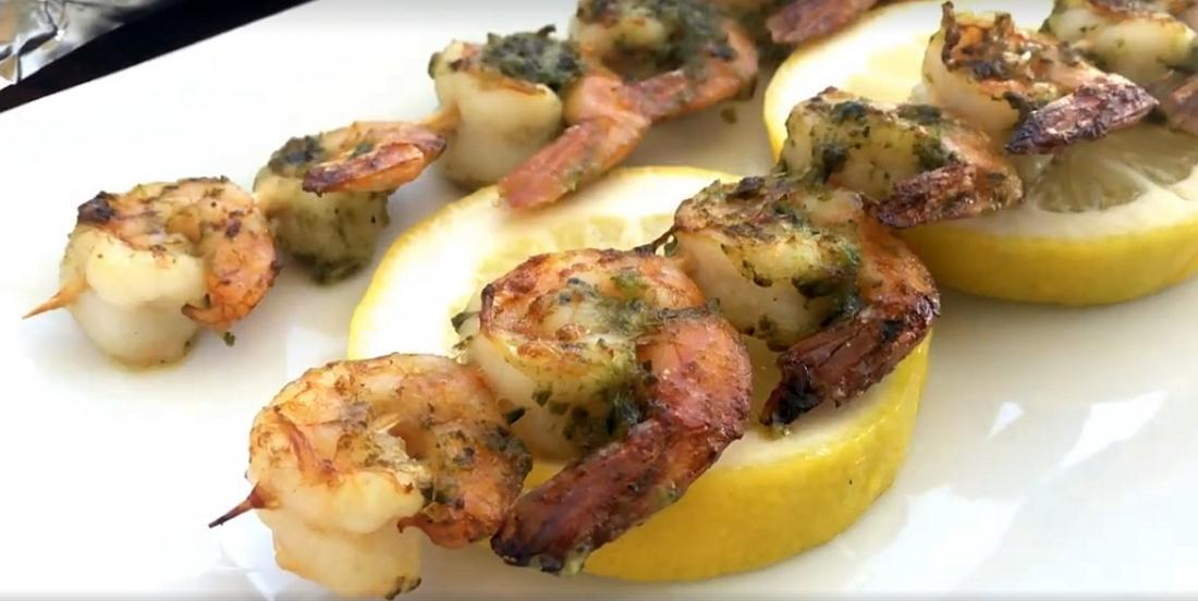 Brochettes de crevettes au pesto prêtes en quelques minutes