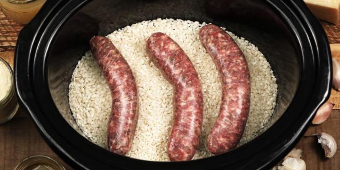 Dans sa mijoteuse, elle dépose des saucisses et du riz dans sa mijoteuse et elle crée un délicieux risotto