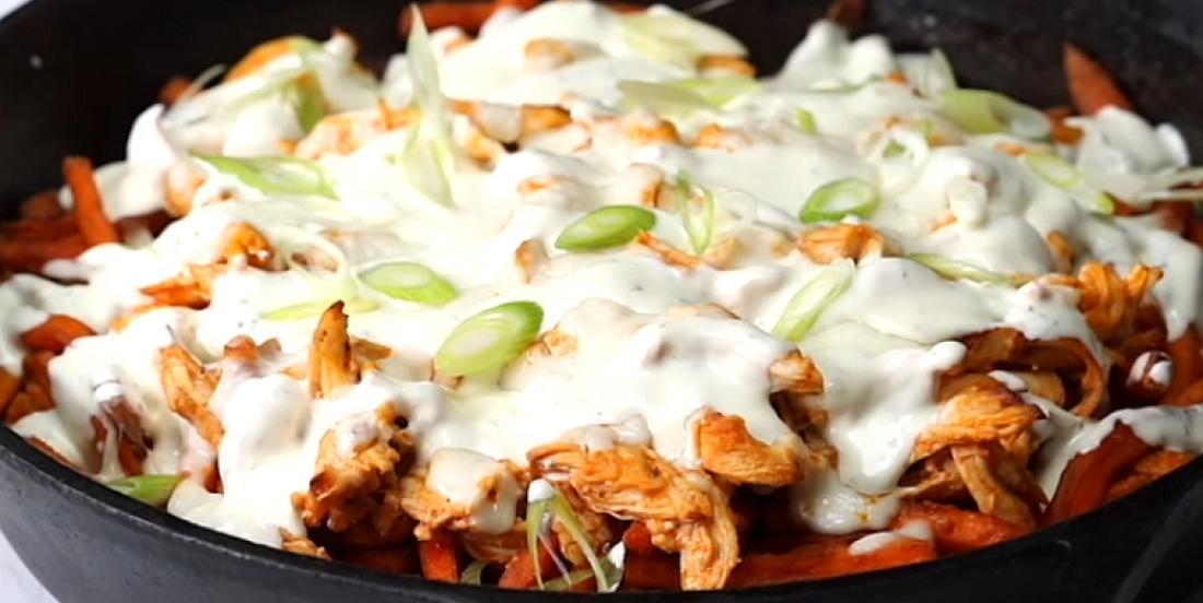 Excellente casserole de poulet buffalo servies avec frites de patate douce