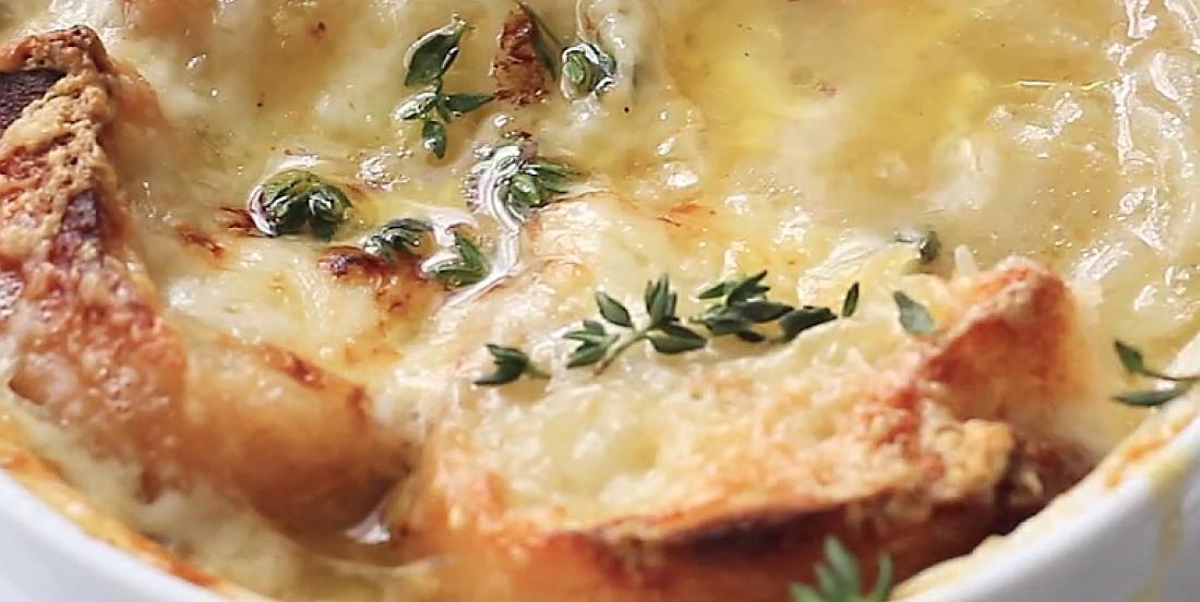 Soupe à l'oignon réconfortante, prête en quelques étapes simples