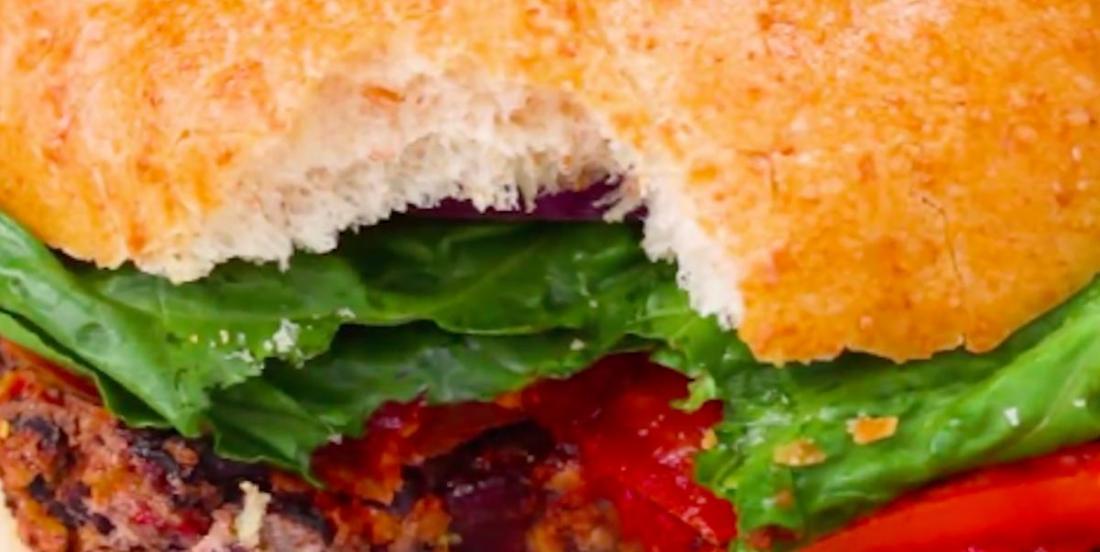 Burger végé aux poivrons rôtis et aux haricots noirs