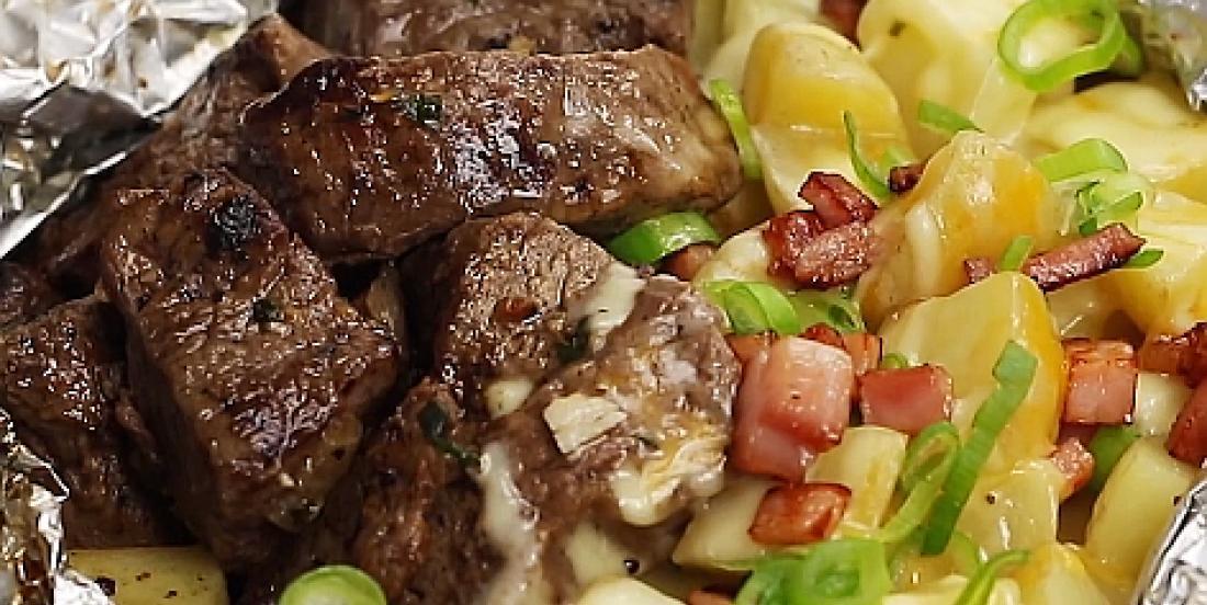 Steak à l'ail et au bacon accompagné de pommes de terre en papillote