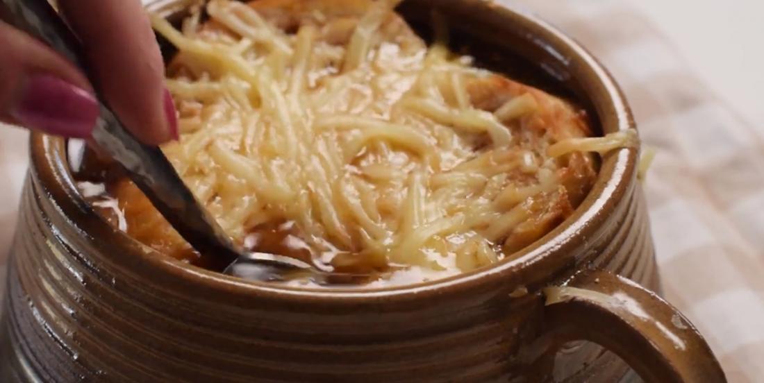 Soupe à l'oignon, la meilleure pour une belle soirée fraîche d'automne!