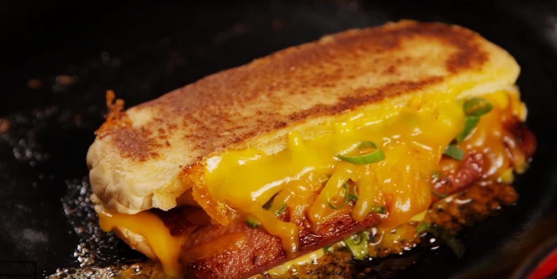 Le meilleur des deux mondes, un hot dog au fromage grillé comme vous ne l'avez jamais vu!