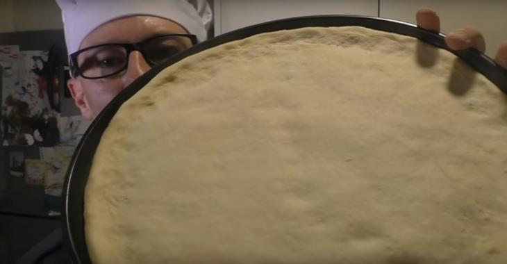 À l'aide de seulement 2 ingrédients, il prépare son irrésistible pâte à pizza