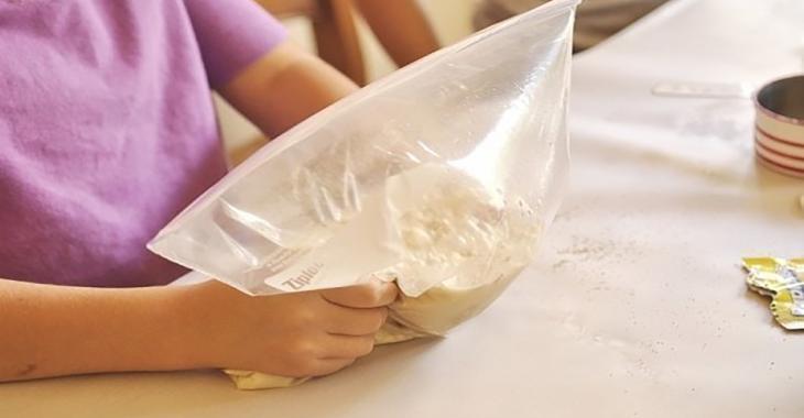 Elle met de la farine et de la levure dans un sac à glissière afin de créer le meilleur pain qui soit