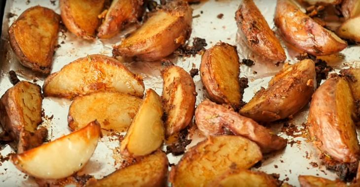 Elle place les quartiers de pommes de terre sur une plaque et les saupoudre d'un ingrédient qui fait toute la différence