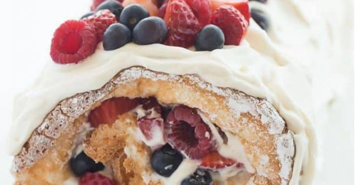 Gâteau des anges roulé aux petits fruits