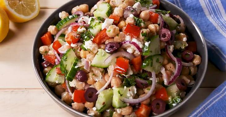 Salade de pois chiches méditerranéenne à la vinaigrette au citron et au persil