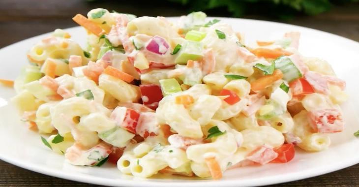 Salade froide de macaroni colorée à souhait